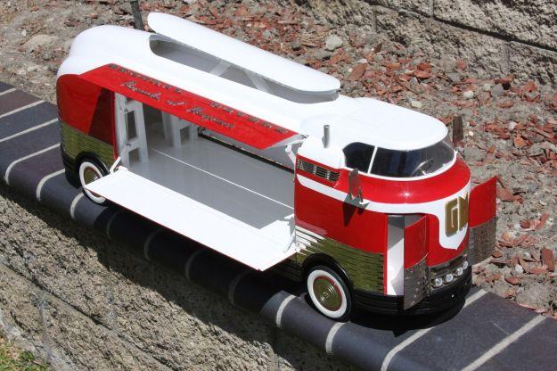 retro-1-2-3-1940-gm-futurliner-diecast-1